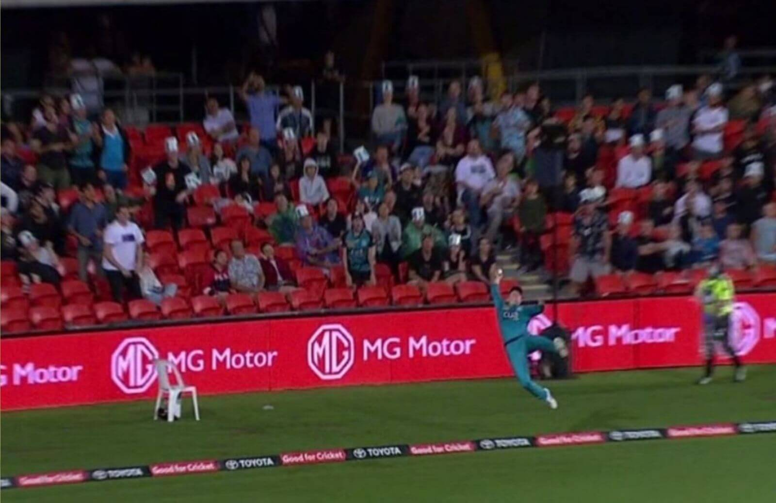 WATCH_-Flying-Max-Bryant-Pulls-Off-An-Amazing-Fielding-Effort-Near-Boundary-Rope-In-BBL-2020-21